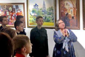 Школьники на выставке в Троицком храме Реутова
