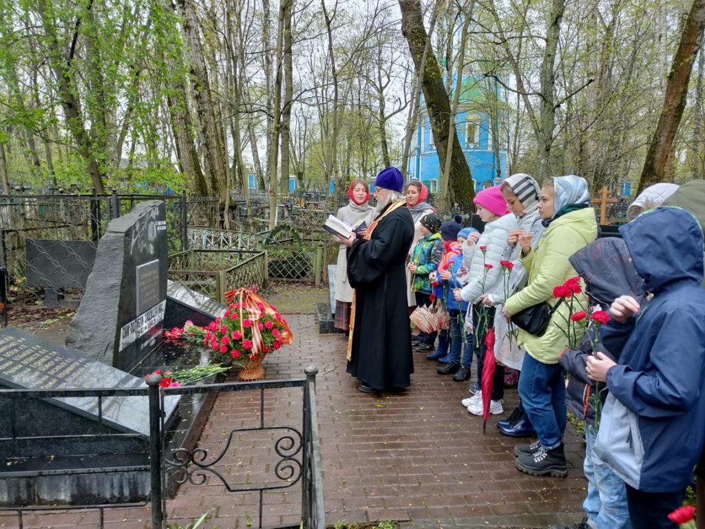Благодарственный молебен около Братского захоронения на Никольском кладбище