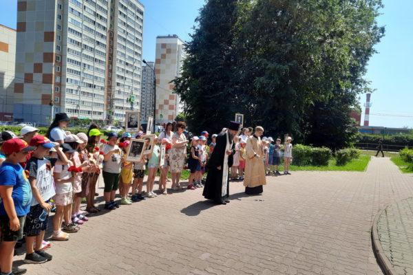 """Возложение цветов к памятнику """"Скорбящая мать"""" в День памяти и скорби"""